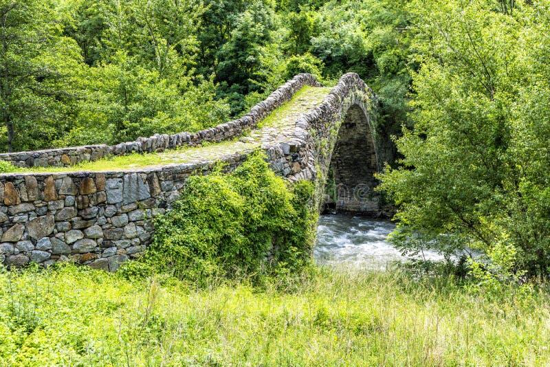 Alte Steinbrücke im Sommer - Pyrenäen Andorra-La Vella Andorr lizenzfreies stockfoto