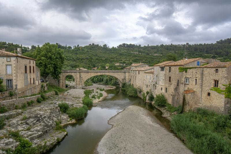 Alte Steinbrücke in Lagrasse in Languedoc, Frankreich lizenzfreie stockfotos