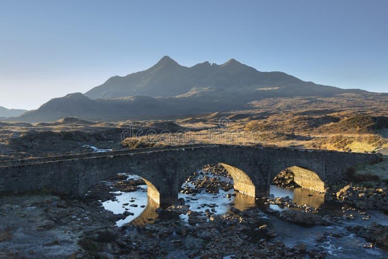 Alte Steinbrücke Sligachan auf einem sonnigen Morgen stockfoto
