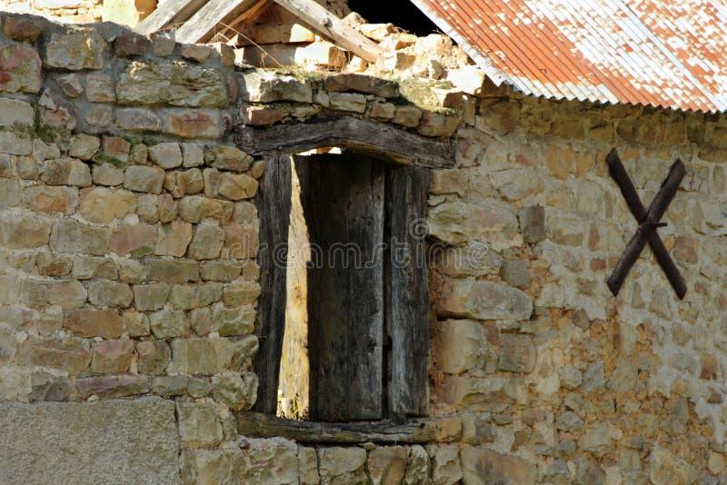 Alte Steingebäuderuine mit hölzernem Fenster stockfotografie