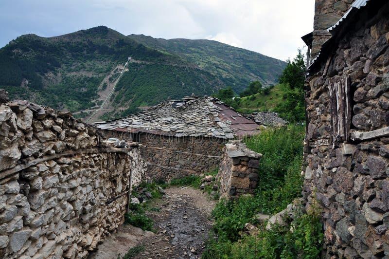 """Alte Steinhäuser bedeckt mit Platten in CÃ-""""rnalevà """"Dorf, nordöstliches Albanien stockbild"""