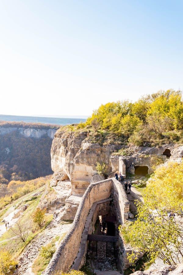 Alte Steinh?user mittelalterlichen H?hlenstadtfestung Chufut-Kohls in den Bergen, Bakhchisaray, Krim lizenzfreie stockfotografie