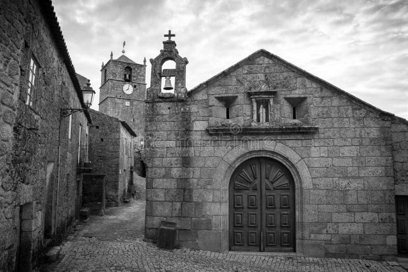 Alte Steinkathedrale in Mansanta, Portugal lizenzfreies stockfoto