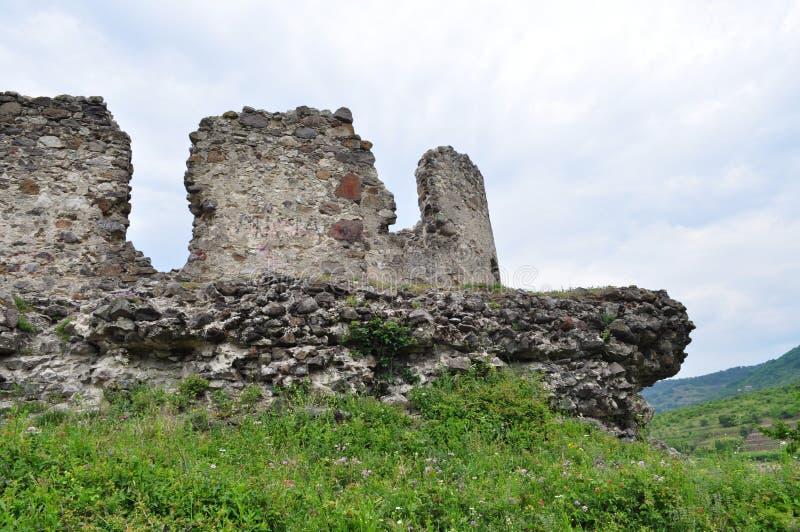 Alte Steinruinen auf einem Hintergrund des grünen Grases lizenzfreie stockfotos