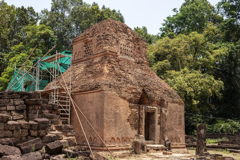Alte Steinruinen des Preah-KOHtempels, Roluos, Kambodscha Alter Sandstein buddhistisches stupa Archäologische Fundstätte stockbild