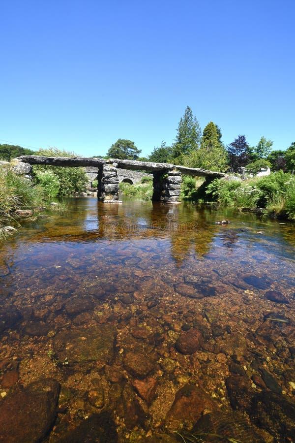 Alte Steinscharnierventil-Brücke, Dartmoor, England lizenzfreie stockbilder