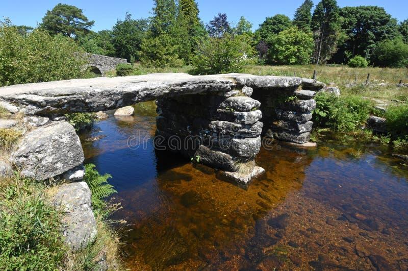 Alte Steinscharnierventil-Brücke, Dartmoor, England stockfotografie