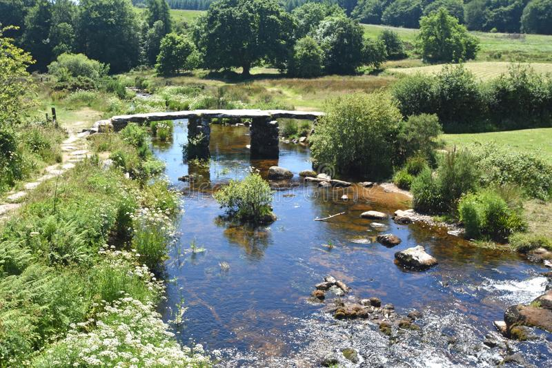 Alte Steinscharnierventil-Brücke, Dartmoor, England stockbild