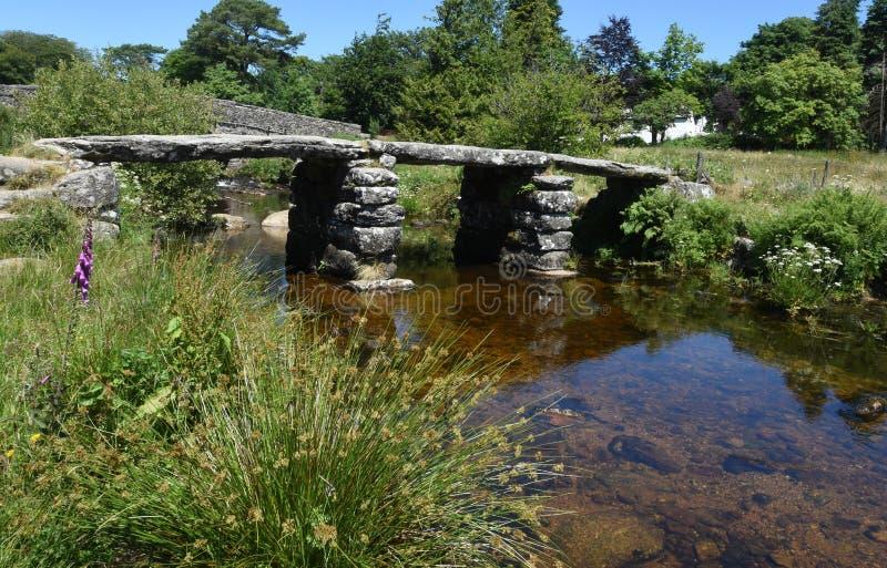 Alte Steinscharnierventil-Brücke, Dartmoor, England lizenzfreies stockfoto
