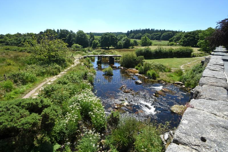 Alte Steinscharnierventil-Brücke, Dartmoor, England lizenzfreie stockfotos