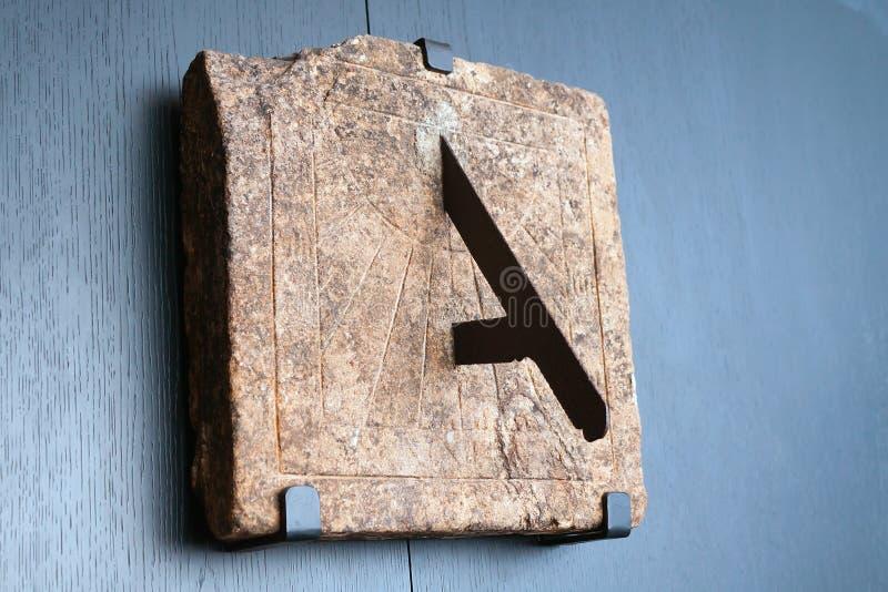 Alte Steinsonnenuhr auf einer Wand lizenzfreies stockfoto