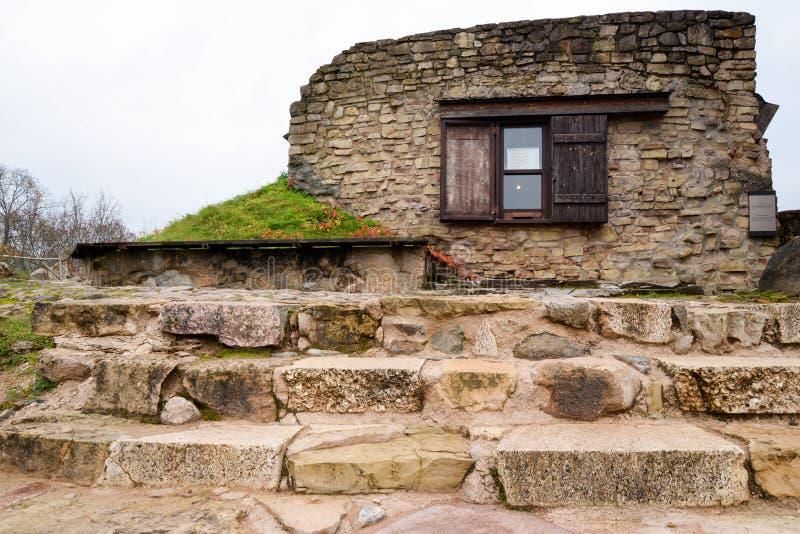 Alte Steintreppe, die führt, um sich Ruinen zurückzuziehen lizenzfreie stockbilder