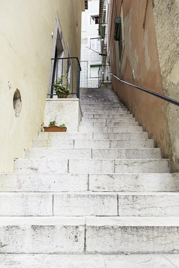 Alte Steintreppe in Lissabon lizenzfreies stockfoto
