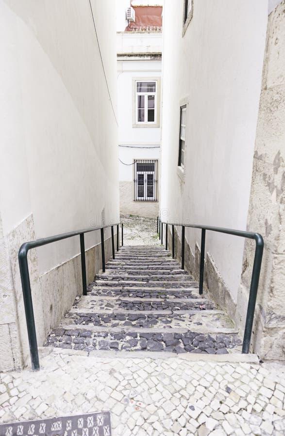 Alte Steintreppe in Lissabon lizenzfreie stockfotos