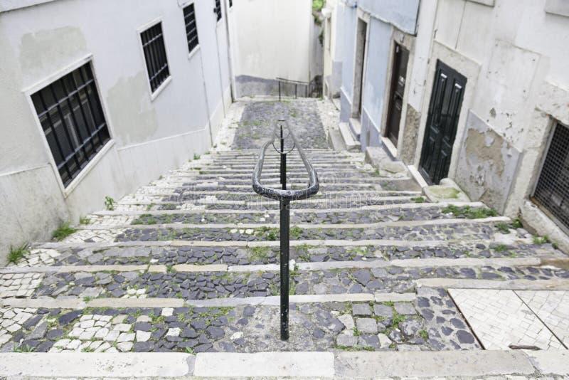 Alte Steintreppe in Lissabon stockfotos