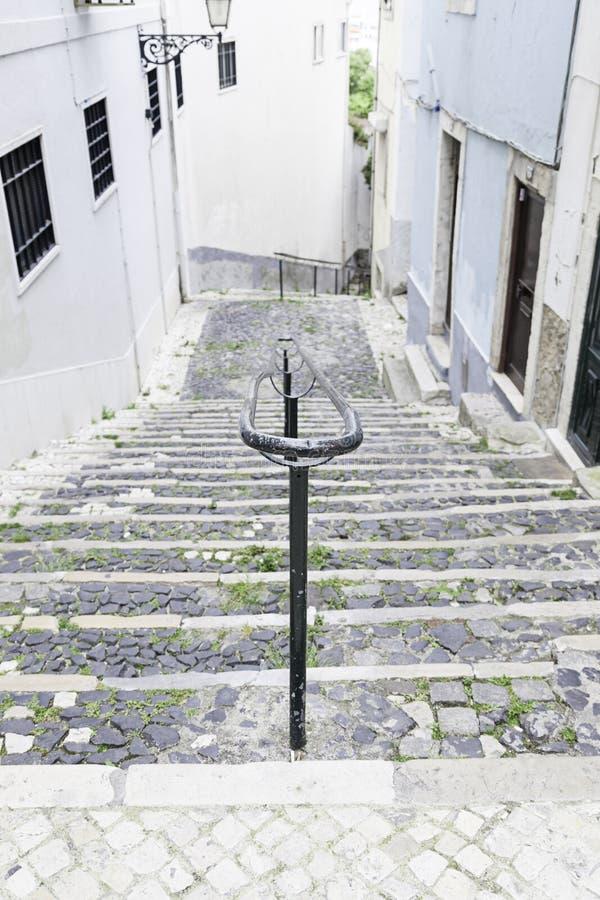 Alte Steintreppe in Lissabon stockbilder
