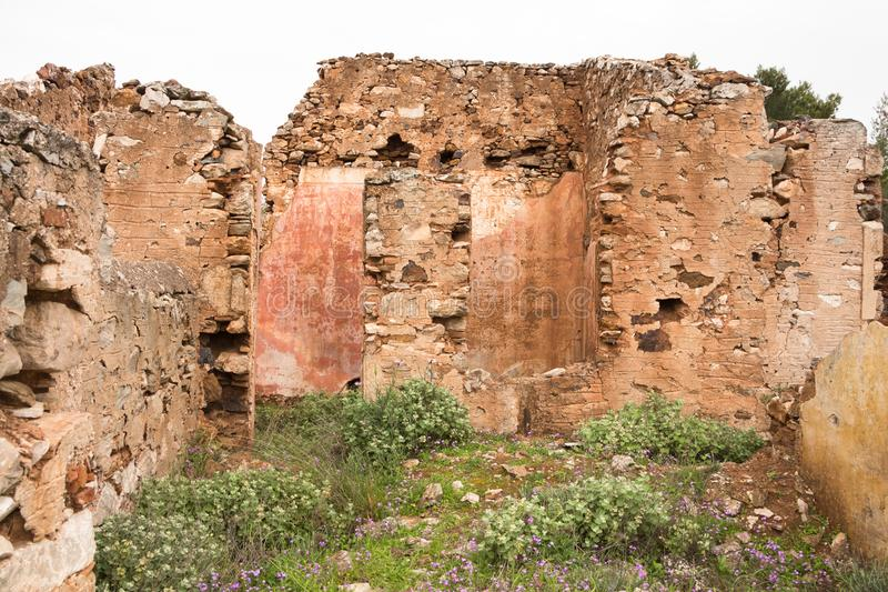 Alte Steinwände des roten Ziegelsteines von verlassenen Häusern, Hintergrundbeschaffenheit lizenzfreie stockfotografie