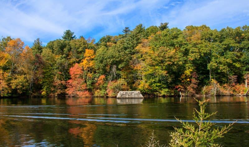 Alte Steinwand in einem See lizenzfreie stockfotos