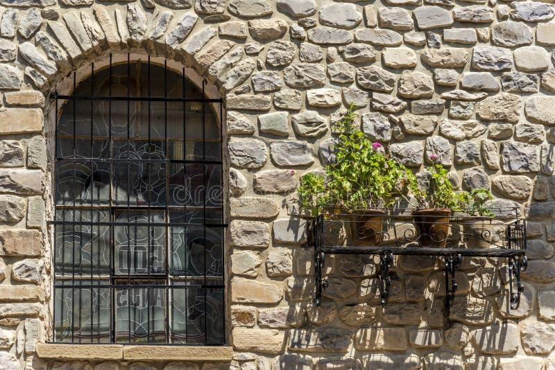 Download Alte Steinwand Mit Fenster Und Anlagen Stockbild - Bild von architektonisch, antike: 90233095