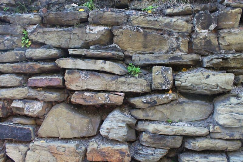 Alte Steinwand mit großer Maurerarbeit stockfoto