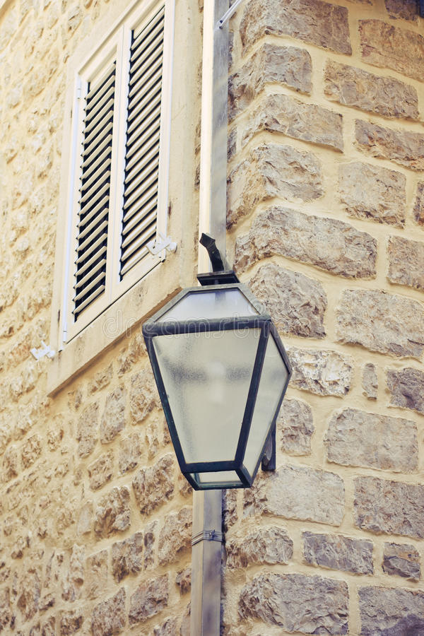 Download Alte Steinwand mit Laterne stockfoto. Bild von wand, ziegelstein - 27730296