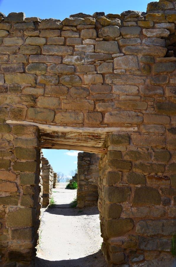 Alte Steinwand mit Türen an den aztekischen Ruinen lizenzfreies stockfoto
