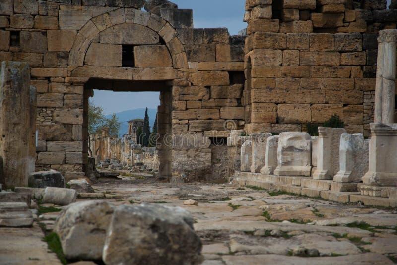 Alte Straße an den Ruinen von Hierapolis stockbild