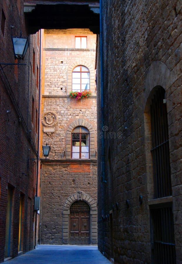 Alte Straße in Siena lizenzfreie stockfotografie