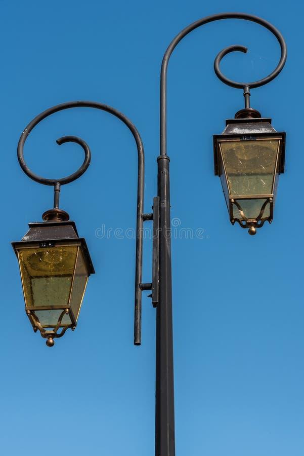 Alte Straßenlaternen auf einem blauen Sommerhimmel stockfoto