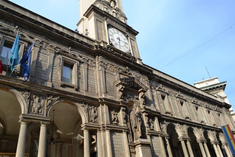 Alte Straßenuhr auf dem Giureconsulti-Palast-Gebäudedach am Mercanti-Quadrat von Mailand stockbild