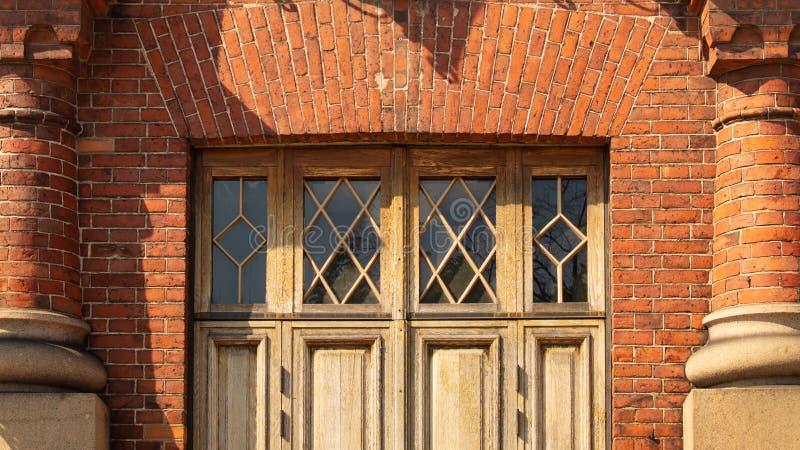 Alte Tür des alten historischen Gebäudes stockbild