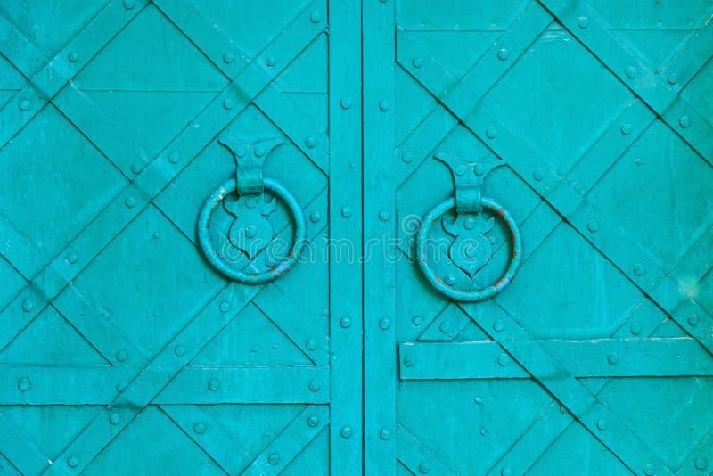 Alte Tür gealterter Metalltürgriff in Form von Ring lizenzfreie stockbilder