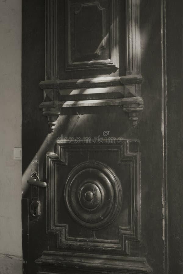 Alte Tür im Sonnenlicht lizenzfreie stockfotografie