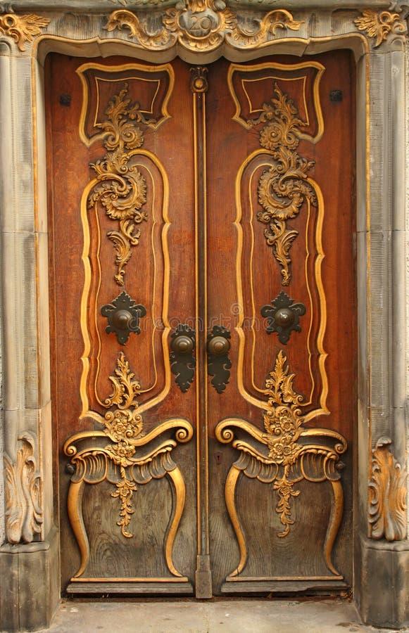 Alte Tür mit Goldverzierungen stockfotos