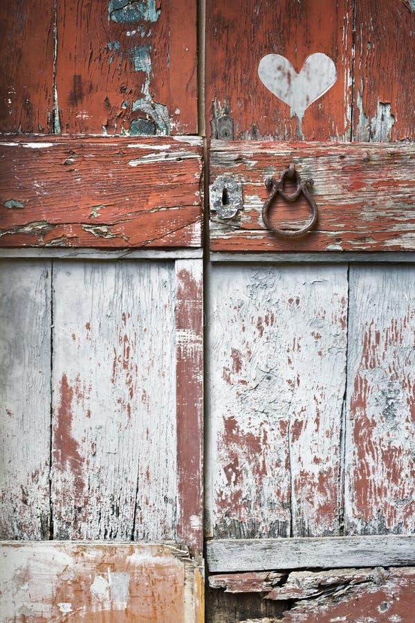 Alte Tür mit Herzen lizenzfreie stockbilder