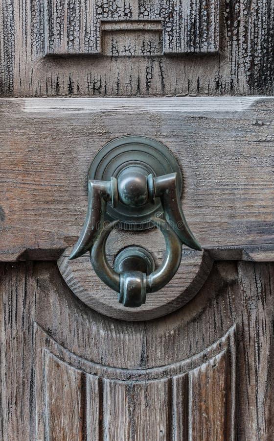 Alte Tür mit Scharnierventil stockfoto