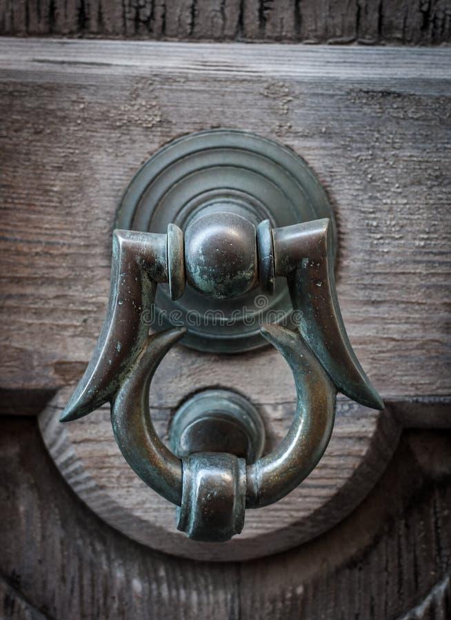 Alte Tür mit Scharnierventil stockbild