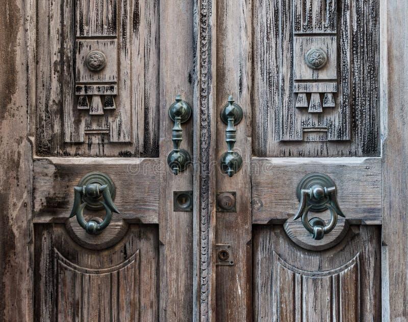 Alte Tür mit Scharnierventil lizenzfreie stockfotografie