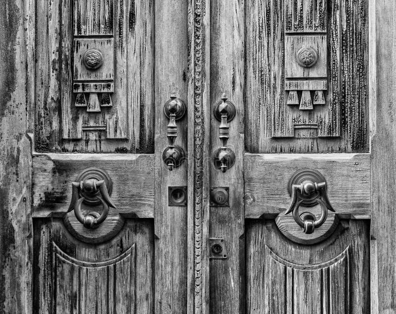 Alte Tür mit Scharnierventil in Schwarzweiss stockfoto