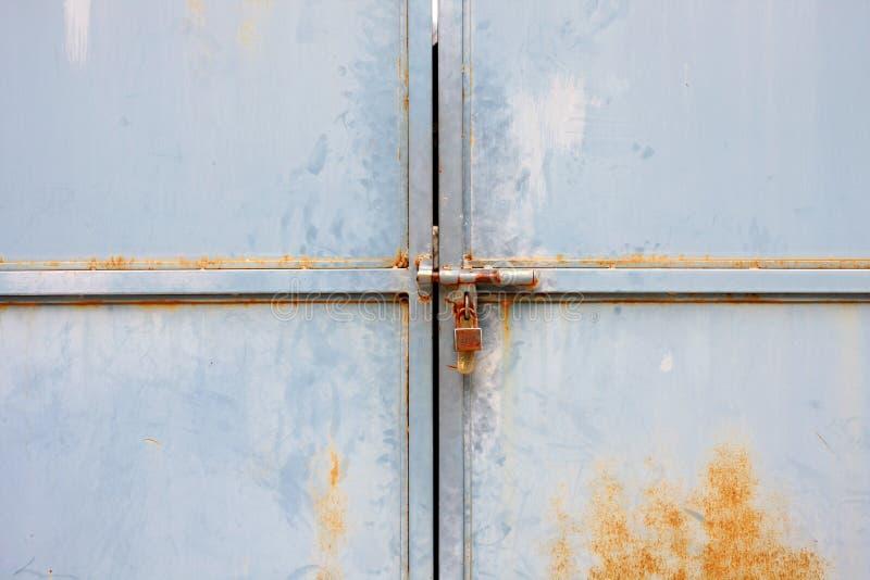 Alte Tür mit Verriegelung stockbild