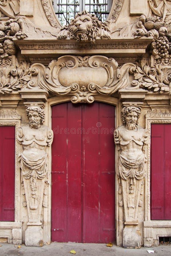 Alte Tür in Paris gestaltete von den Skulpturen lizenzfreie stockbilder