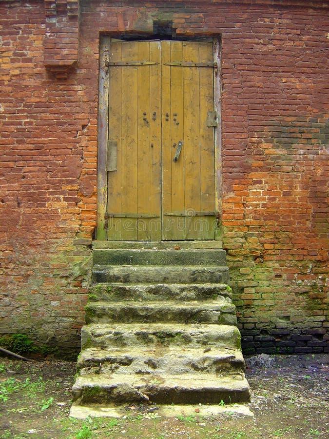 Alte Tür und Moos-abgedeckte Türstufen stockfoto