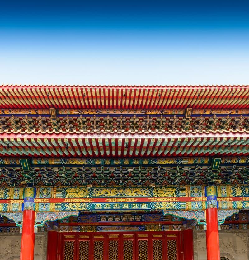 Alte Tür und traditioneller Chinese-Tempelgebäude lizenzfreie stockfotos