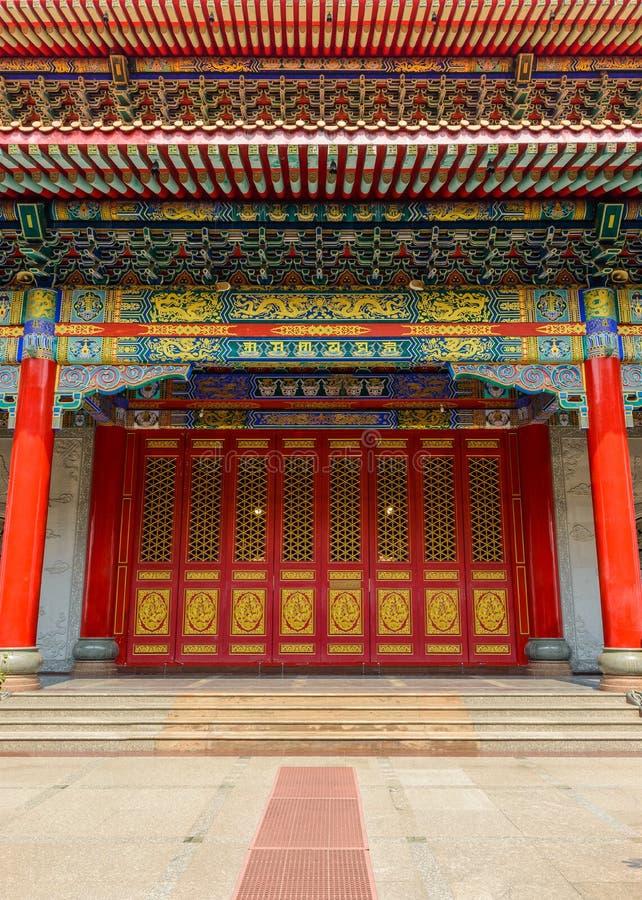 Alte Tür und traditioneller Chinese-Tempelgebäude lizenzfreies stockfoto