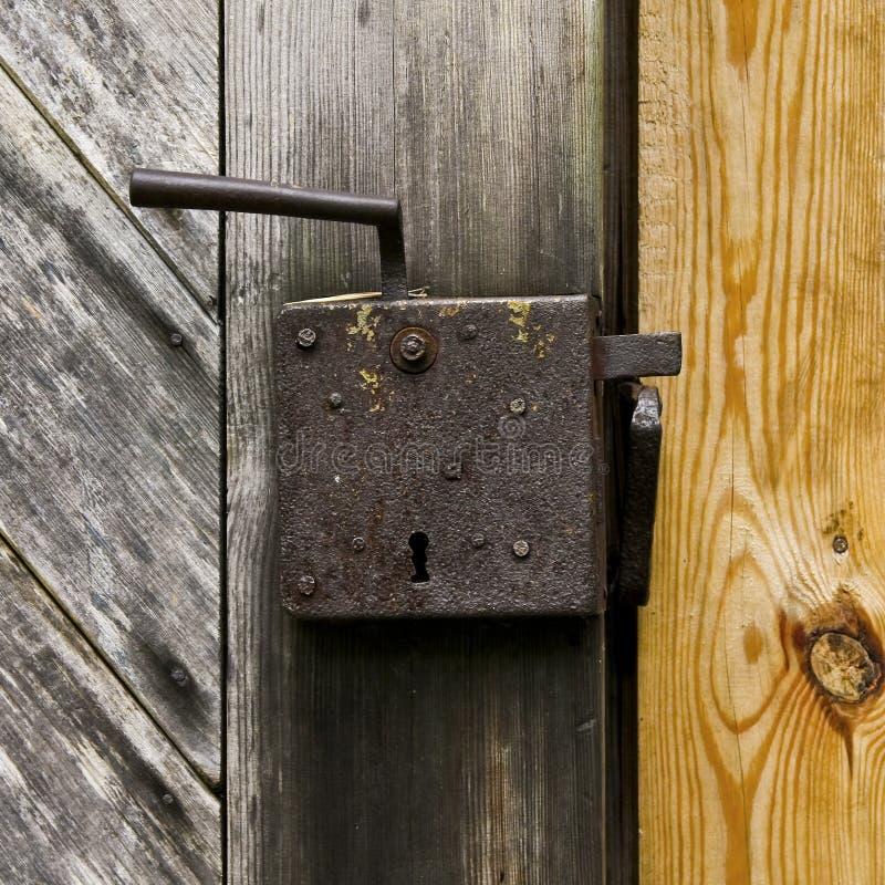 Alte Tür-Verriegelung lizenzfreies stockbild
