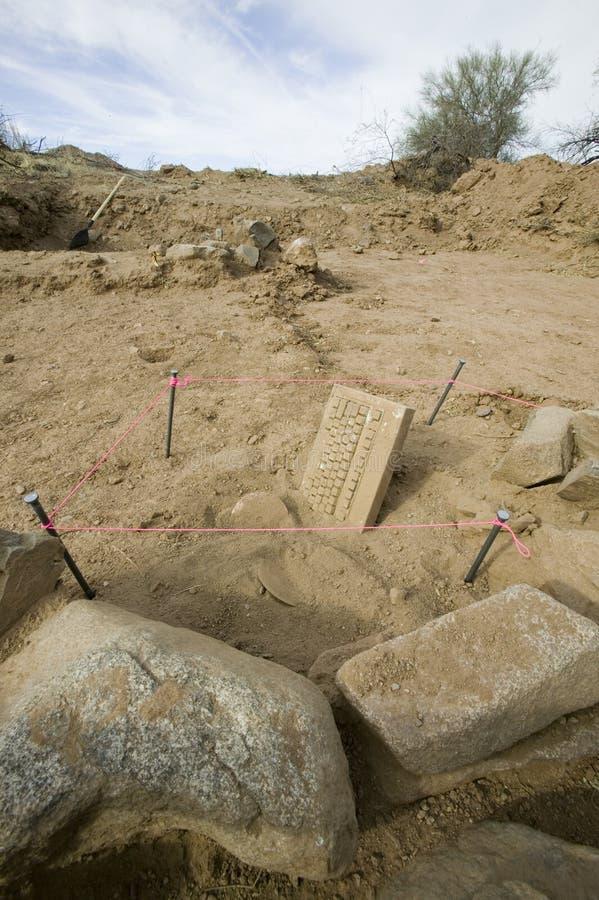 Alte Tablette entdeckt in der Wüste stockfotos
