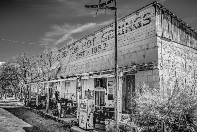 Alte Tankstelle im Dorf von Benton - BENTON, USA - 29. M?RZ 2019 lizenzfreies stockbild