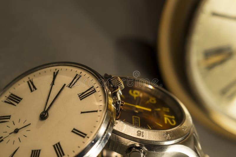Alte Tasche und moderne Uhr stockfoto