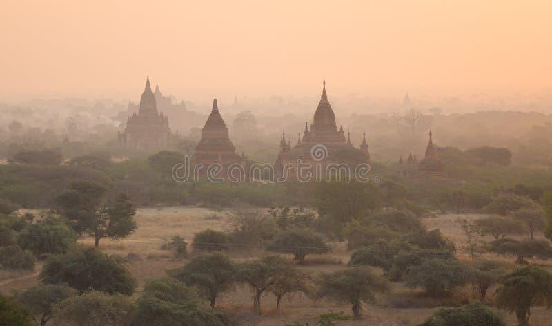 Alte Tempel bei Sonnenaufgang in Bagan, Myanmar stockfotografie