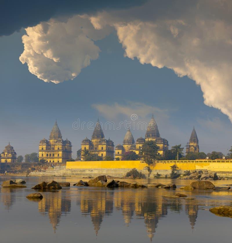 Alte Tempel nähern sich dem Fluss stockfoto